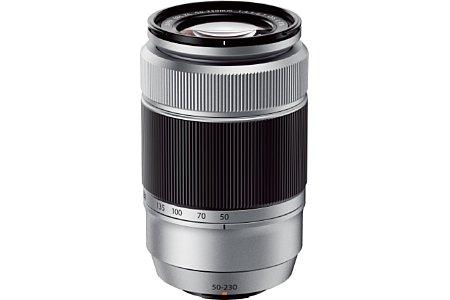 Bild Das Fujifilm XC 50-230 mm F4.5-6.7 OIS II ist im Gegensatz zu seinem schwarzen Vorgängermodell nun ebenfalls Silber, der Zoomring jedoch setzt sich in Schwarz ab. [Foto: Fujifilm]