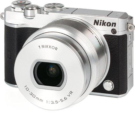 Bild Die Nikon 1 J5 ist eine äußerst kompakte Systemkamera, sie ist nur zehn Zentimeter breit und sechs Zentimeter hoch. Zusammen mit dem 10-30 mm Setobjektiv bringt sie gerade einmal 340 Gramm auf die Waage. [Foto: MediaNord]