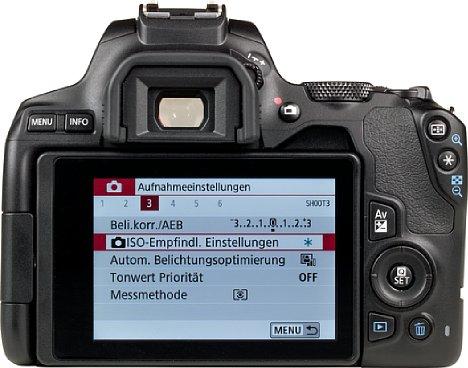 """Bild Mit dem hellen 3""""-Touchscreen kann man alle Einstellungen an der Canon EOS 250D vornehmen sowie das Live-View nutzen oder Fotos beziehungsweise Videos anschauen. Zum besseren Schutz lässt sich der Monitor einfach zur Kamera klappen. [Foto: MediaNord]"""