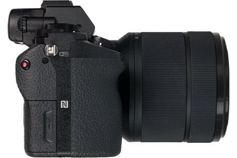 Bild Der ausgeprägte Handgriff der Alpha 7 II lässt die Kamera gut in der Hand liegen. [Foto: MediaNord]