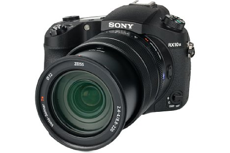 Bild Die Sony DSC-RX10 III besitzt ein neues Objektiv, das 25-fach von 24 bis 600 Millimeter entsprechend Kleinbild zoomt. Das Kunststoffgehäuse lässt einen Schutz vor Umwelteinflüssen vermissen. [Foto: MediaNord]