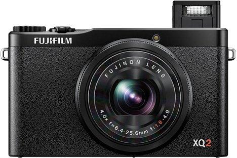 Bild Der kleine integrierte Blitz der Fujifilm XQ2 fährt aus dem Gehäuse aus, was den Abstand zur optischen Achse erhöhe und die Anfälligkeit für rote Augen bei Porträts mindert. [Foto: Fujifilm]