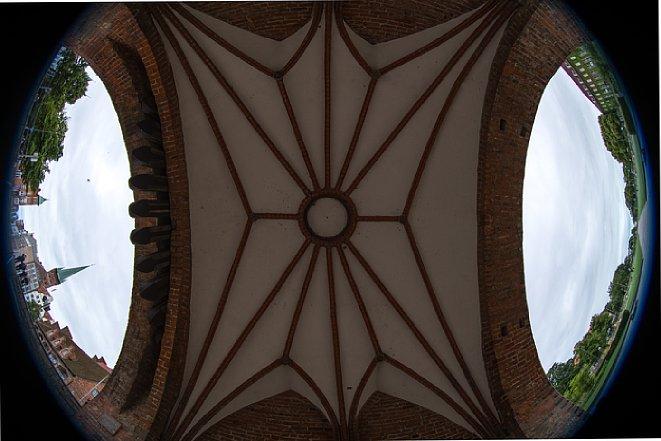 Bild Selbst senkrecht nach oben fotografiert lassen sich mit dem Nikon AF-S 8-15 mm 3.5-4.5E ED Fisheye beide Ausgänge des Torbogens unterhalb des Holstentores in Lübeck komplett erfassen. [Foto: Jens Scheppler]