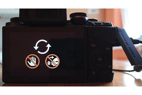 Bild Anzeige auf dem Display der Olympus OM-D E-M10 während des Firmwareupdates. [Foto: MediaNord]
