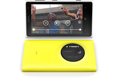 Bild Das 15:9-Display des Nokia Lumia 1020 füllt den größten Teil der Front aus, daneben befinden sich die drei Sensortasten. Auf der Rückseite fällt das große Kameramodul mit Xenon-Blitz auf. [Foto: Nokia]