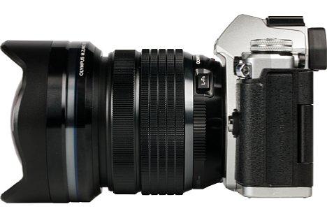 Bild An der OM-D E-M5 II wirkt das 7-14 mm 2.8 ED Pro schon etwas wuchtig und ist auch frontlastig, wir empfehlen einen passenden Zusatzgriff zur Kamera. [Foto: MediaNord]