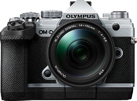 Bild Mit dem Zusatzgriff ECG-5 büßt die Olympus OM-D E-M5 Mark III zwar an Eleganz und Kompaktheit ein, dafür wird die Ergonomie mit großen, schweren Objektiven deutlich verbessert. Leider lässt sich die etwas knappe Akkulaufzeit damit nicht steigern. [Foto: Olympus]