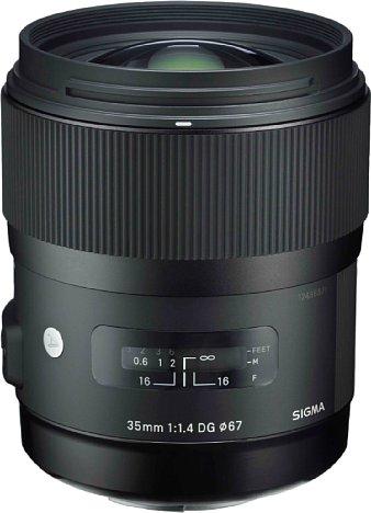 Bild Das Sigma A 35 mm F1.4 DG HSM besteht aus robust und edel wirkendem Kunststoff. Durch das Fenster ist eine Entfernungsskala zu sehen. [Foto: Sigma]