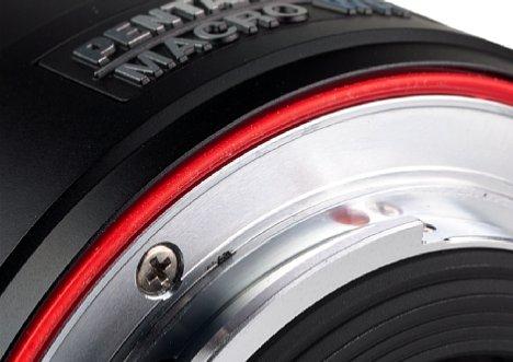 Bild Der Dichtring am Objektiv ist bei Pentax dank der roten Farbe deutlich zu erkennen. [Foto: MediaNord]