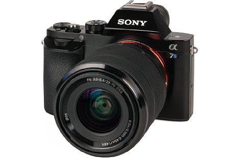 Bild Für eine Vollformatkamera äußerst kompakt und dennoch ergonomisch griffig fällt Sony Alpha 7S aus. [Foto: MediaNord]