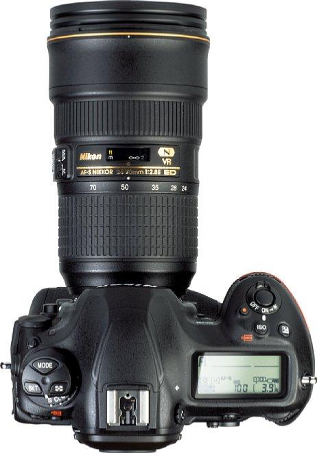 Bild Aufnahmeinformationen zeigt die Nikon D6 getrennt auf ihren beiden LC-Displays an. So lässt sich etwa die ISO-Empfindlichkeit nur auf dem rückwärtigen Display ablesen. [Foto: MediaNord]