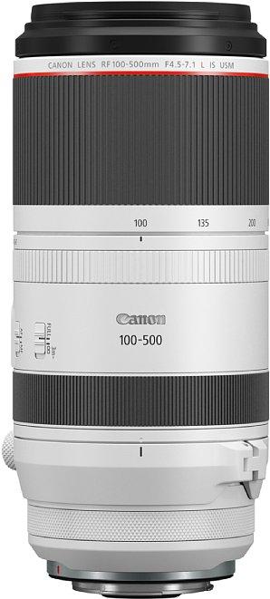 Bild Das Canon RF 100-500 mm F4.5-7.1L IS USM ist 21 Zentimeter lang und misst über neun Zentimeter im Durchmesser. Ohne Stativschelle wiegt es fast 1,4 Kilogramm, mit Stativschelle und der 100 Gramm schweren Streulichtblende sind es über 1,7 Kilogramm. [Foto: Canon]