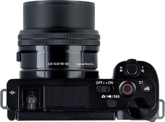Bild Die Bedienelemente auf der Oberseite der Sony ZV-E10 sind übersichtlich. Einen beachtlichen Teil der Oberseite nimmt das Drei-Kapsel-Mikrofon ein. [Foto: MediaNord]
