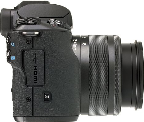 Bild Auf der Griffseite bietet die Canon EOS M50 eine Micro-HDMI- und eine Micro-USB-Schnittstelle. Leider lässt sich der Akku über letztere nicht aufladen. Vorbildlich sind hingegen die Drahtlosfunktionen (WLAN, Bluetooth und NFC). [Foto: MediaNord]
