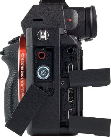 Bild Die Schnittstellenklappen der Sony Alpha 7R III sind etwas windig und der sonst sehr guten Verarbeitung nicht würdig. Es gibt sogar zwei USB-Anschlüsse und auch sonst kann man sich über die Anschlussfreudigkeit wahrlich nicht beklagen. [Foto: MediaNord]