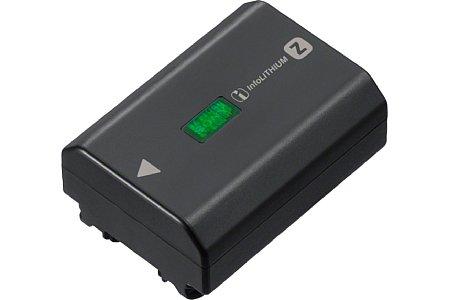 Bild Der neue Info-Lithium-Akku Sony NP-FZ100 bietet die 2,2-fache Kapazität gegenüber dem älteren W-Modell. Damit sind mit der Alpha 9 480 Aufnahmen mit elektronischen Sucher oder 650 Aufnahmen mit dem rückwärtigen Display nach CIPA-Standard machbar. [Foto: Sony]