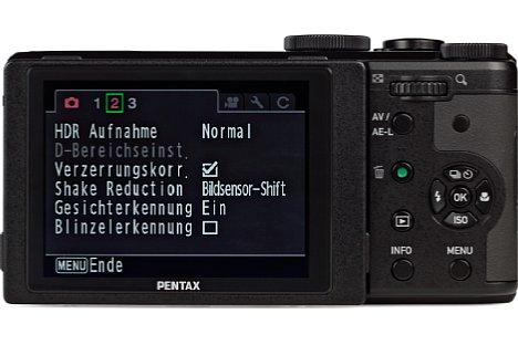 Bild Die Rückseite der Pentax MX-1 bietet Platz für den Daumen, zahlreiche Bedienelemente sowie ein etwa 7,5 Zentimeter großes, fein aufgelöstes Klappdisplay. [Foto: MediaNord]