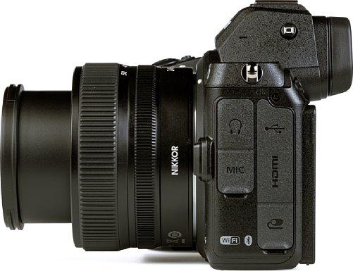 Bild Die Nikon Z 5 bietet zahlreiche Schnittstellen. So lassen sich ein Stereomikrofon sowie ein Kopfhörer anschließen, aber auch Mini-HDMI und das moderne USB-C zum Akkuladen sind verbaut. Eine Nikon-Zubehörbuchse fehlt ebenfalls nicht. [Foto: MediaNord]