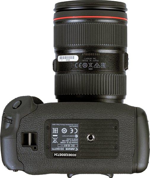 Bild Außer dem obligatorischen Stativgewinde ist auf der Unterseite der Canon EOS-1D X Mark III nur noch die dritte Gurtöse zu finden. Ein Videopin (eine Verdrehsicherung für den Stativeinsatz) fehlt, dabei wäre genug Platz dafür gewesen. [Foto: MediaNord]