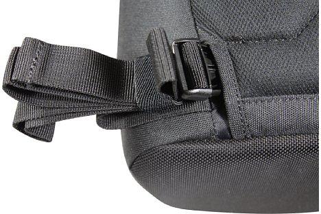 Bild Den zusätzlichen Bauchgurt der Lowepro Urban Photo Sling 250 kann man im Rückenteil verstauen. [Foto: Daniela Schmid]