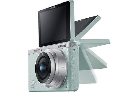 """Bild Das Display des Samsung NX mini lässt sich um 180 Grad nach vorne klappen und erleichtert so """"Selfies"""". [Foto: Samsung]"""
