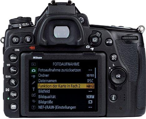 Bild Der acht Zentimeter große, mit 2,36 Millionen Bildpunkten sehr hochauflösende Touchscreen der Nikon D780 lässt sich zwar nach oben und unten neigen, eignet sich aber nicht für Selfies. [Foto: MediaNord]