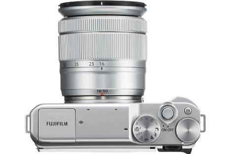 Bild Neben dem Programmwählrad verfügt die Fujifilm X-A10 über zwei Bedienräder, um beispielsweise Zeit und Blende getrennt voneinander einstellen zu können. [Foto: Fujifilm]