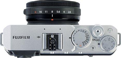 Bild An der kompakten X-E4 wirkt das Fujifilm XF 27 mm F2.8 R WR größer als es ist. Das knapp 450 Gramm leichte Set ist für 1.050 Euro zu haben und damit 300 Euro günstiger als im Einzelkauf. [Foto: MediaNord]