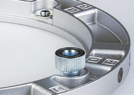Bild Die Aufnahme für den Lichtformer besitzt zwei oder mehr Rändelschrauben. Diese werden temporär gelöst, um das drehen der Softbox zu ermöglichen. [Foto: MediaNord]