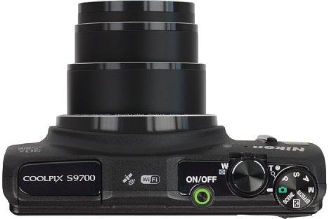Bild Durch den dreifach geschachtelten Tubus kommt die Nikon Coolpix S9700 trotz des großen Zooms mit einem flachen Gehäuse aus. [Foto: MediaNord]