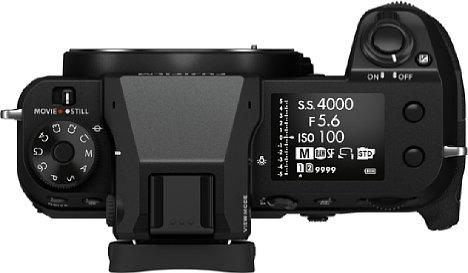 Bild Auf dem mit 1,8 Zoll (4,5cm) Diagonale sehr großen Top-Display der Fujifilm GFX 50S II können viele Aufnahmeparameter und alternativ auch virtuelle Einstellringe angezeigt werden. [Foto: Fujifilm]