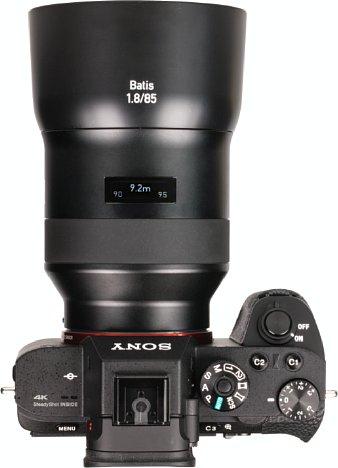 Bild Das OLED-Display des Zeiss Batis 1.8/85 mm zeigt nicht nur die Entfernung, sondern auch die Schärfentiefe in Abhängigkeit der gewählten Blende sowie des Bildsensors, hier im Falle der Sony Alpha 7R II Vollformat. [Foto: MediaNord]