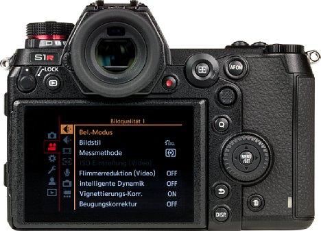 Bild Auf der Rückseite besitzt die Panasonic Lumix DC-S1R einen über acht Zentimeter großen Touchscreen, der sich nach oben, unten und zur Seite klappen lässt. Der 0,78-fach vergrößernde Sucher setzt mit 5,76 Millionen Bildpunkten Auflösung Maßstäbe. [Foto: MediaNord]