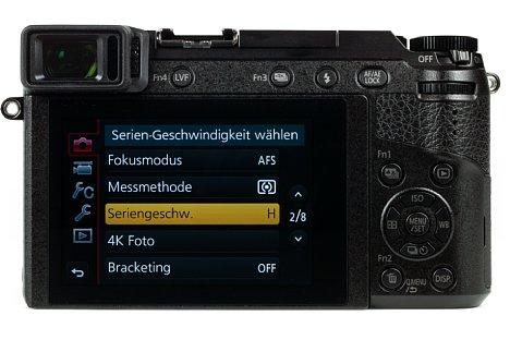 Bild Auf der Rückseite besitzt die Panasonic Lumix DMC-GX80 einen 7,5 Zentimeter großen Touchscreen, der sich nach oben und unten klappen lässt, sowie einen elektronischen Sucher, der im Gegensatz zur GX8 nicht beweglich ist. [Foto: MediaNord]