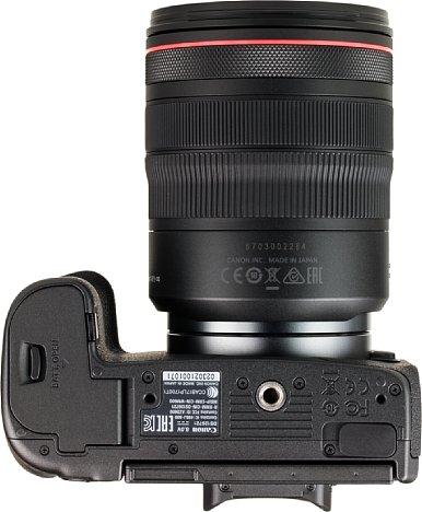 Bild Das Stativgewinde der Canon EOS R sitzt in der optischen Achse und ausreichend weit vom Akkufach entfernt, damit eine Schnellwechselplatte dieses nicht blockiert. [Foto: MediaNord]
