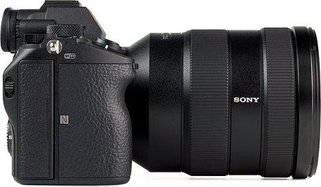 Bild Der Handgriff der Sony Alpha 7 III ist gut ausgeformt und bietet sicheren Halt. [Foto: MediaNord]