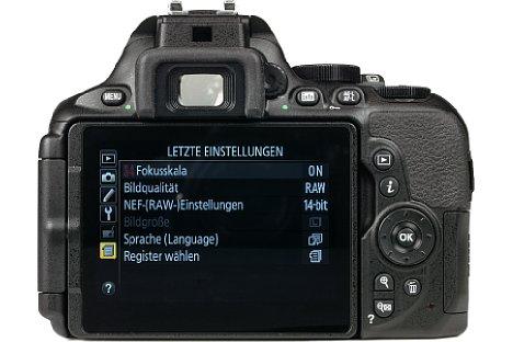 Bild Der 8,1 Zentimeter große Touchscreen der Nikon D5600 lässt sich schwenken und drehen. Der charakteristische Spiegelreflexsucher hingegen fällt etwas mickrig aus. [Foto: MediaNord]