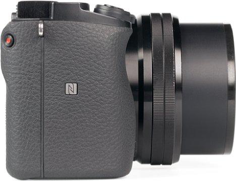 Bild Der Handgriff der Sony Alpha 6100 sieht aus dieser Perspektive größer aus, als er tatsächlich ist. Er reicht aber aus, um die Kamera mit kleineren Objektiven, wie dem hier abgebildeten 16-50mm, sicher zu halten. [Foto: MediaNord]
