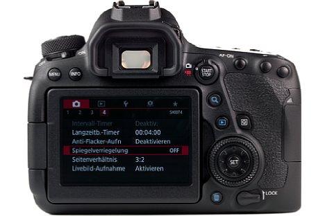 Bild Der rückwärtige Touchscreen der Canon EOS 6D Mark II erlaubt dank Dreh- und Schwenkmechanismus im Live-View-Betrieb Aufnahmen aus allen möglichen Perspektiven. [Foto: MediaNord]