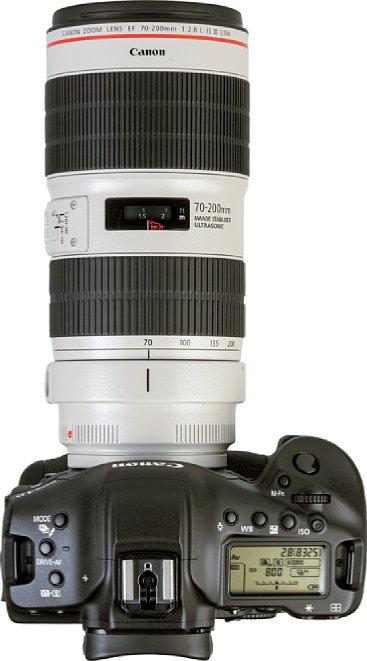 Bild Ein Fokusfenster zeigt auf der Oberseite des Canon EF 70-200 mm 2.8 L IS III USM zwischen Zoom- und Fokusring die eingestellte Entfernung an. Der Fokusring erlaubt auch bei aktiviertem Autofokus eine direkte manuelle Nachjustierung. [Foto: MediaNord]
