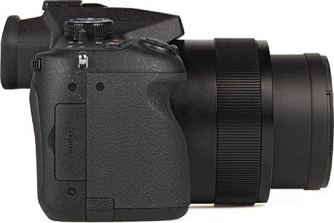 Bild Auf der Griffseite der Panasonic Lumix DMC-FZ1000 verbergen sich hinter einer zu scher zu lösenden Klappe die drei Anschlüsse für HDMI, USB und Fernauslöser. [Foto: MediaNord]