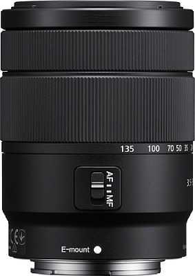 Das Sony E 18-135 mm F3.5-5.6 OSS (SEL18135) besitzt neben einem Zoom- auch einen Fokusring sowie einen AF-MF-Schalter. [Foto: Sony]