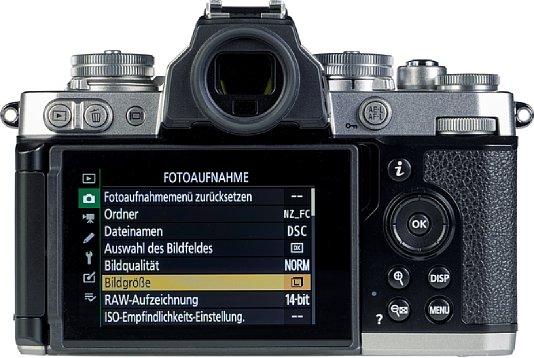 Bild Der rückwärtige Touchscreen der Nikon Z fc lässt sich um 180 Grad zur Seite schwenken und um 270 Grad drehen, was nicht nur Aufnahmen aus allen möglichen Perspektiven erlaubt, sondern auch Selfies sowie eine Kontrollmonitorfunktion bei Videoaufnahmen. [Foto: MediaNord]