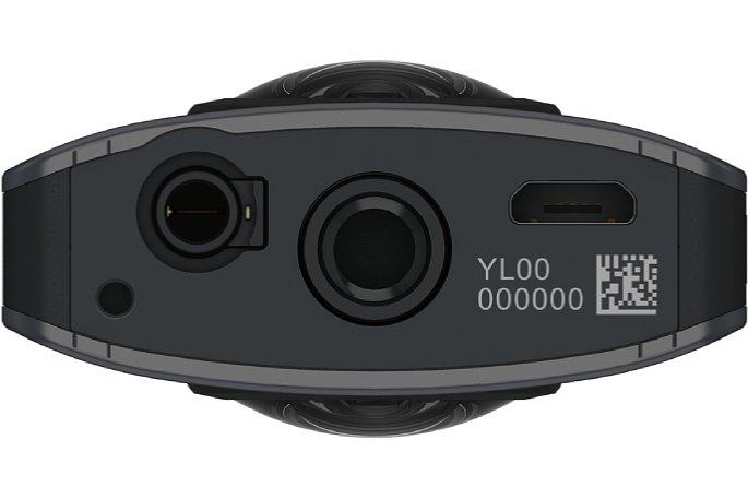 """Bild Auf der Unterseite der Ricoh Theta V befindet sich außer dem 1/4""""-Stativgewinde und der Micro-USB-Buchse neuerdings eine 3,5mm-Klinkenbuchse, über die das optionale Zusatzmikrofon TA-1 das Tonsignal einspeist. [Foto: Ricoh]"""