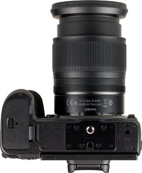 Bild Das Stativgewinde der Nikon Z 7 liegt vorbildlich in der optischen Achse. Auch der Abstand zum Akkufach ist trotz der kompaktem Kameraabmessungen komfortabel groß. [Foto: MediaNord]