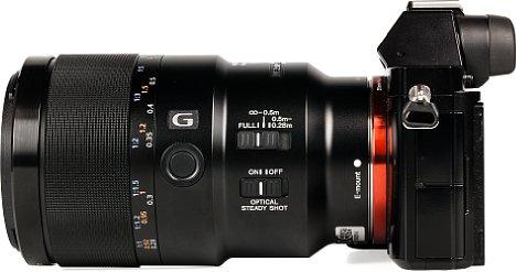 Bild DasSony FE 90 mm 2.8 Macro G OSS (SEL-90M28G) ist mit zahlreichen Bedienelementen ausgestattet: Fokusbegrenzer, Bildstabilisator, Funktionsknopf und dem cleveren Fokusring, der sich zur manuellen Bedienung nach hinten schieben lässt. [Foto: MediaNord]