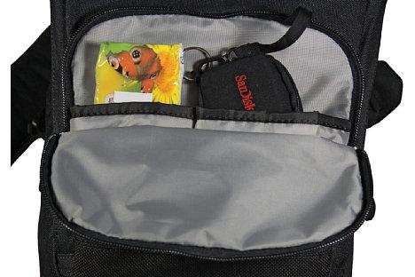 Bild In den zwei Einstecktaschen der vorderen Außentasche ist Platz für kleineres Zubehör und persönliche Gegenstände wie zum Beispiel ein Smartphone. [Foto: Daniela Schmid]
