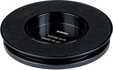 Bild Neben einem herkömmlichen Schnappdeckel liegt dem Sigma24 mm F3.5 DG DN Contemporary ein bequemer LCF55-01M Magnetdeckel bei. [Foto: MediaNord]