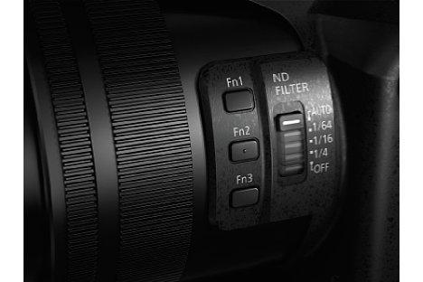 Bild Das Objektiv der Panasonic Lumix DMC-FZ2000 besitzt einen variablen ND-Filter. Zudem sorgt die Geradeführung der Linsen bei Zoomen für eine höhere Bildschärfe während einer Videoaufnahme. [Foto: Panasonic]