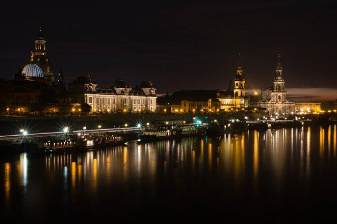 Bild Besonders eindrucksvoll werden Nachtaufnahmen, wenn Sie Wasserflächen mit ins Bild einbeziehen, auf denen sich die Lichtquellen spiegeln. Aufnahmedaten: Canon EOS 70D, F22, 30 s, ISO 200. [Foto: Michael Hennemann]